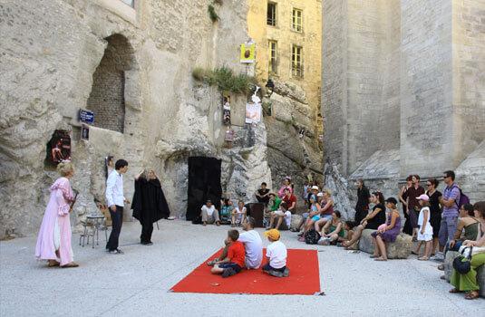 Spectacle de rue pendant le festival d'Avignon - ©HOCQUEL A