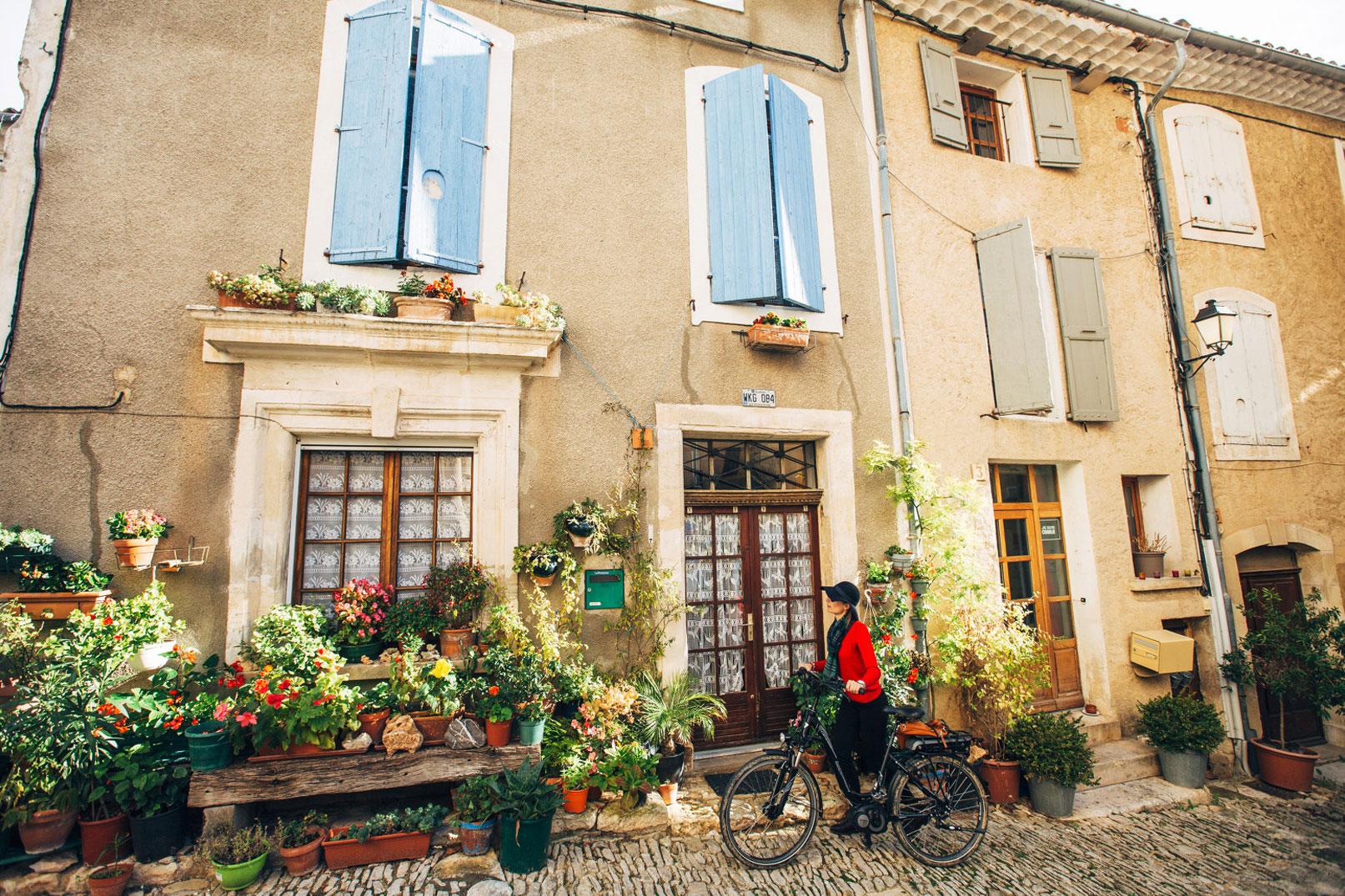 A vélo devant une maison provençale @ Coquard M.
