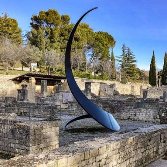 Monumentale beeldhouwwerken op de historische sites uit de oudheid in Vaison-la-Romaine